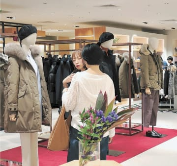 増税を目前に控え、人気の高いダウンコート売り場=仙台市青葉区の仙台パルコ