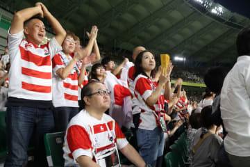 日本代表ジャージを着た多くのファンが、勝利に拍手喝采だった
