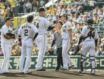 投げ終えたメッセンジャーに交代を告げる阪神・矢野監督(右から2人目)=甲子園