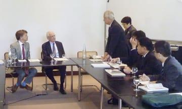 ドイツの大学教授(左端)らと意見交換する衆院憲法審査会の議員団(右側)=20日、ドイツ・ベルリン(共同)