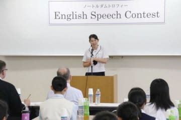 英語でスピーチする高校生