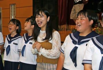 生徒たちと校歌を合唱する浩子クレメニアさん(中央)=新上五島町、有川中
