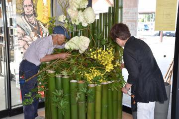枝物のオブジェ作りに取り組む奥久慈枝物部会太田支部のメンバーら=常陸太田市山下町