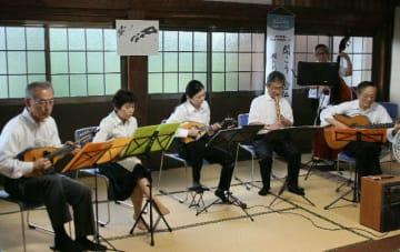 演奏する大分大学OBマンドリンアンサンブルのメンバー=大分市宮苑の専徳寺