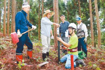 池田城跡の郭に標柱を設置する住民ら