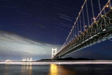 ライトアップされた瀬戸大橋と星空(30秒露光の写真を65枚合成)=倉敷市下津井田之浦