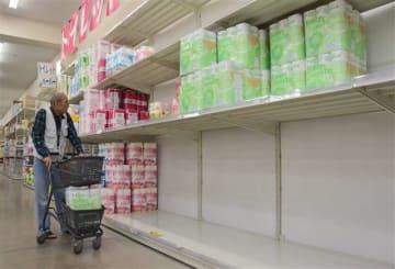 棚の半分が空になったトイレットペーパー売り場=秋田市のスーパーセンターアマノ御所野店
