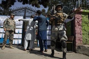 アフガニスタン・カブールの投票所の外で警戒する治安部隊=28日(ゲッティ=共同)