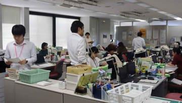 幼保無償化を控え、対応に追われる幼児課職員ら(草津市役所)