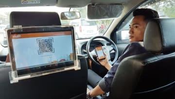 Taxi passengers can shop via a tablet PC on the back of car seat with Traxia Mobility Service launched by PT Digitalinstincts Teknologi, a local information technology startup that works with Japanese trading house Sojitz Corp. (Photo courtesy of Dig