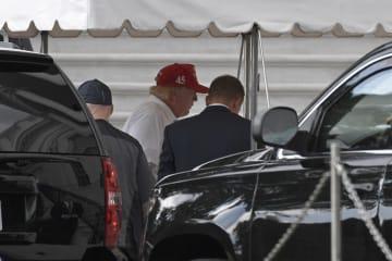 29日、ゴルフを終え米ワシントンのホワイトハウスに戻ったトランプ大統領(中央)(AP=共同)