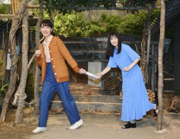 NHK連続テレビ小説「スカーレット」のヒロイン戸田恵梨香さん(左)にバトンを手渡す前作「なつぞら」のヒロイン広瀬すずさん=17日