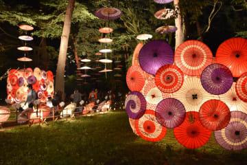 鬼怒川公園の森を彩る和傘のライトアップ
