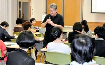 編集ワークショップで図書館と地域を結ぶ取り組みなどを紹介する太田さん(中央)