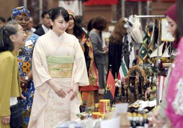 日本中近東アフリカ婦人会が主催するチャリティーバザーに出席された秋篠宮家の長女眞子さま=30日午前、東京・日本橋のホテル(代表撮影)