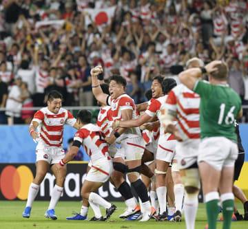 アイルランド戦で逆転勝利を収め、大喜びする日本の選手たち=28日、静岡県袋井市の静岡スタジアム