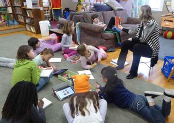 ニュースクールの授業風景。子どもたちは各自が集中できるリラックスした姿勢で学んでいる=赤木准教授提供