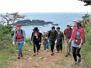 リアス海岸の景色を楽しみながら歩く参加者
