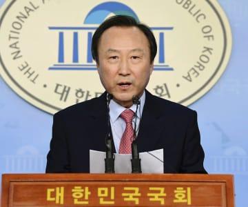 韓国国会で記者会見する最大野党「自由韓国党」の洪日杓議員=30日、ソウル(共同)