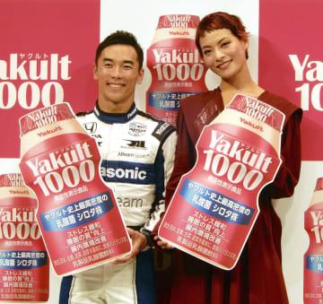 新商品発表会に登場した佐藤琢磨(左)と菅原小春=30日、東京都内