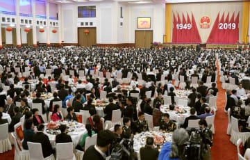 北京の人民大会堂で開かれた、中国建国70年の国慶節を祝うレセプション=30日(共同)