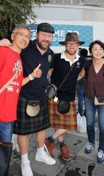 スコットランドのキルトを身に着け、記念写真を撮ってもらう男性ら=30日午後、神戸市兵庫区御崎町1(撮影・斎藤雅志)