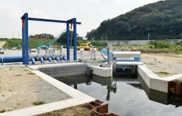 30日に稼働を始めたポンプ。柳井原貯水池の水を引き込んで水位を下げる