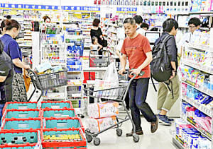 消費税増税を控え、県内のドラッグストアも多くの買い物客で混み合った=30日午後、福島市・薬王堂福島太平寺店