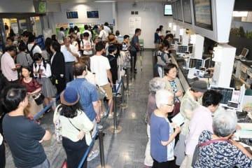 定期券などを買い求める人たちで混雑するJR岡山駅の「みどりの窓口」