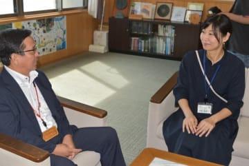 【尾上町長(左)に退任の報告をする塚越さん=紀北町役場で】