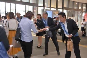 10月1日に県最低賃金が時給790円にアップすることをPRする労使の代表ら=30日、JR熊本駅
