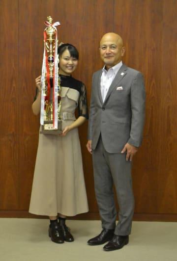 10冠を和泉市長に報告した堀さん(左)