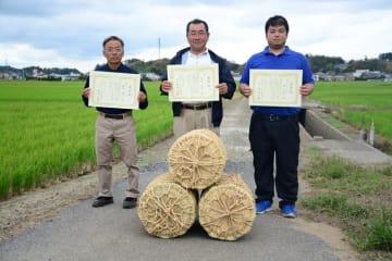 多古米グランプリで初優勝した熊坂さん(中央)=多古町