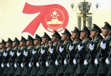 中国建国70年の記念式典を前に、北京の天安門広場前を行進する兵士=1日(共同)