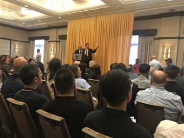ロビイスト団体「メトロ・パッケージ・ストア・アソシエーション」が開いた反対運動決起集会の様子。アジア系移民の多いフラッシング地区という土地柄もあって、アジア系のオーナーが多く参加していた(C)Kasumi Abe