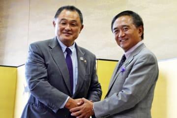 五輪成功に向け握手を交わす山下JOC会長(左)と黒岩知事=県庁