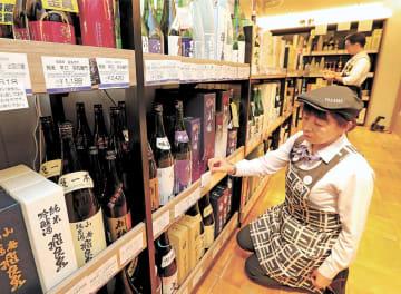 閉店後、売り場の値札を新しい価格表示に変更する店員=30日午後8時10分ごろ、仙台市青葉区の藤崎本館