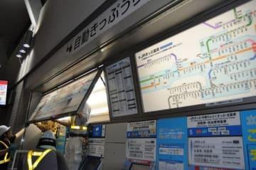 JR岡山駅の在来線中央改札口で運賃表を交換する作業員=1日午前1時20分