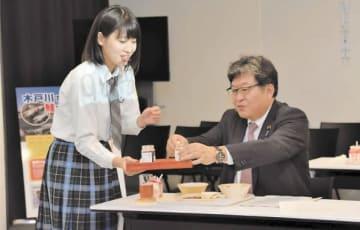 鮭フレークを試食する萩生田文科相