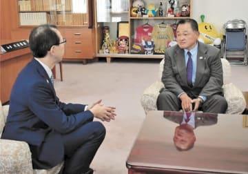 内堀知事(左)と会談する山下会長