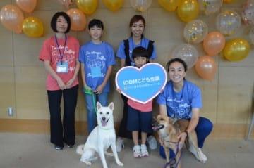 """低血糖アラート犬候補のアニモ(白)とアロエには、1型糖尿病患者の""""救世主""""となることが期待されている"""