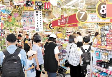 日用品フロアのレジには午前中から多くの人が並んだ=仙台市青葉区のドン・キホーテ仙台駅西口本店