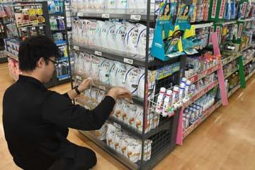 開店後も一部商品の値札の張り替え作業が進められているサンデー弘前樹木店=1日午前8時15分ごろ