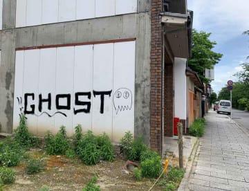 宮川町にあるビルの壁に書かれた落書き(京都市東山区)