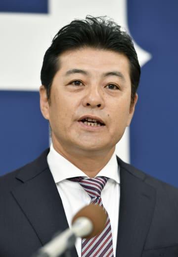 記者会見で退任を表明する広島の緒方孝市監督=1日、マツダスタジアム