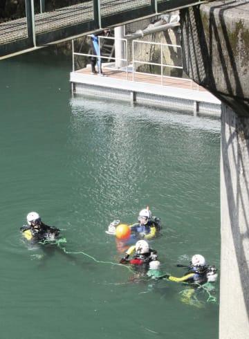 道志ダムで小倉美咲さんの捜索をする山梨県警の機動隊員=1日、相模原市緑区