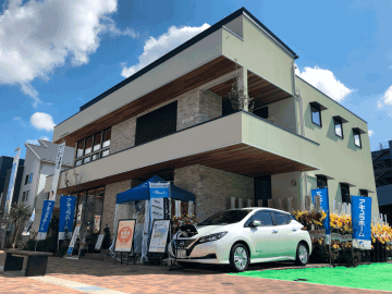 住宅展示場に設置した、日産自動車の電気自動車「日産リーフ」を装備した住宅「ミライの家 Rei」