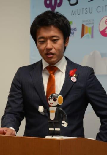 むつ市を旅行するシャープのモバイル型ロボット「ロボホン」と宮下宗一郎市長=1日、市役所