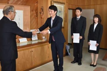 【加藤市長(左)から委嘱状を交付される(右から)可知さん、土田さん、北村さん=尾鷲市役所で】