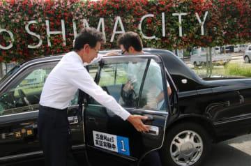 【オンデマンドタクシーの実証実験を利用する観光客=志摩市内で(志摩市提供)】